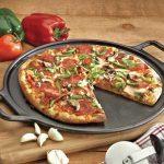 Een gietijzeren pizzasteen met handvatten