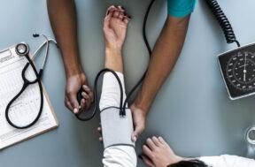 Hoe werkt een bloeddrukmeter?