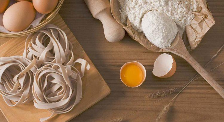 Pasta meel en bloem met fettuccine en eieren