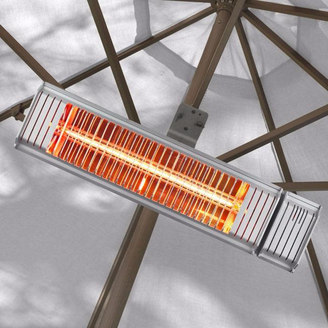 Elektrische terrasverwarmer die hangt aan een parasol