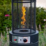 Terrasverwarmer op gas met vlam in de tuin