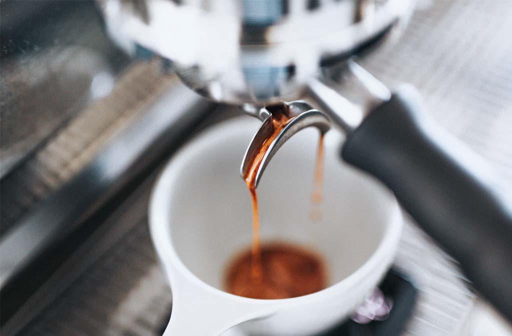 Espresso kopje dat vers met espresso wordt ingeschonken