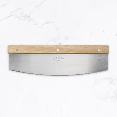 Pizza hakmes - een langwerpig mes voor pizza met een groot handvat
